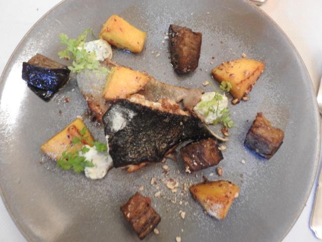 Le filet de turbot poêlé, mangue et aubergines aux éclats de noisette