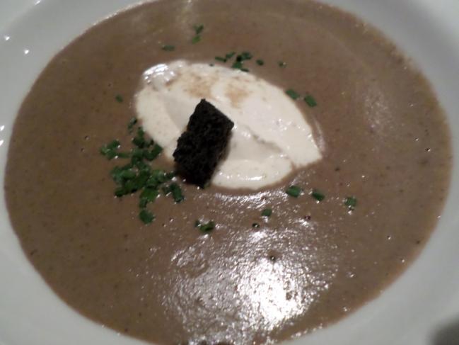 Velouté de champignons du moment, crème légère mascarpone et beurre de truffe noire
