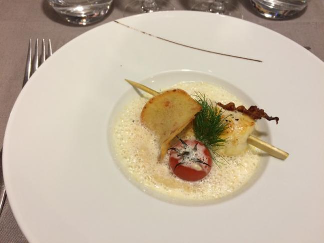 Brochettes de Saint Jacques rôties, risotto de céleri et crème fumée