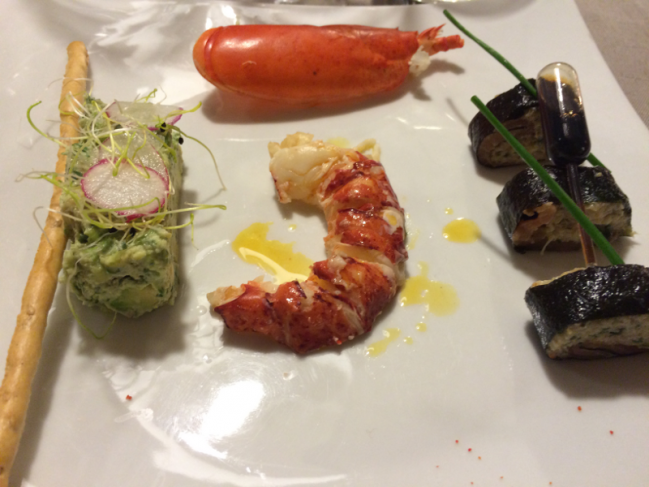 Tartare de homard et crabe en habit noir, avocat coriandre