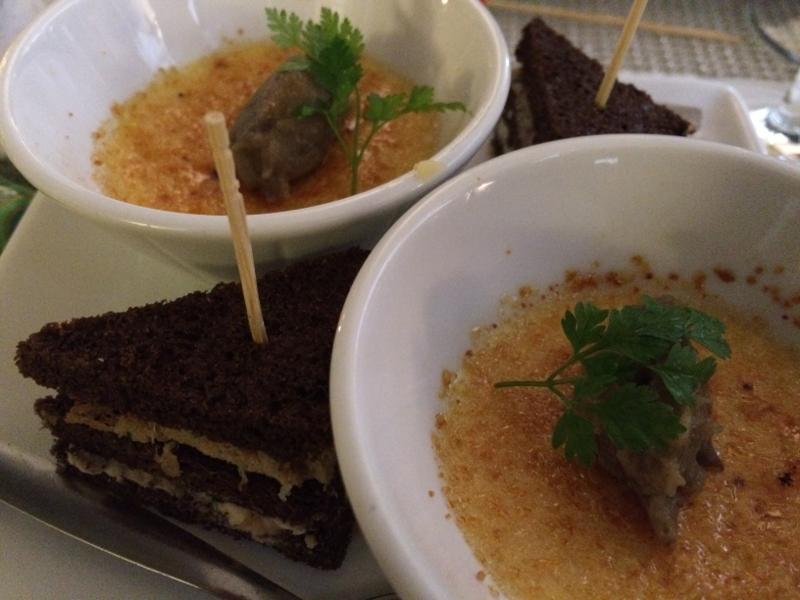 crème brûlée au lard et club sandwich au chèvre frais