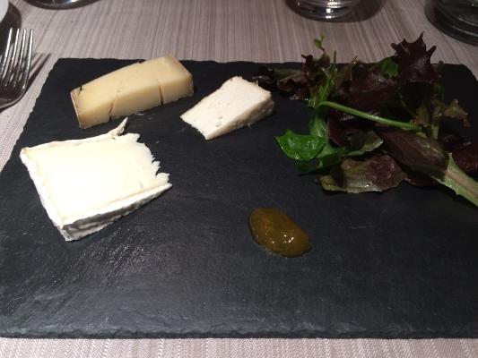 Trio de fromages de la maison Bocahut, chutney de saison, mesclun à l'huile de noix