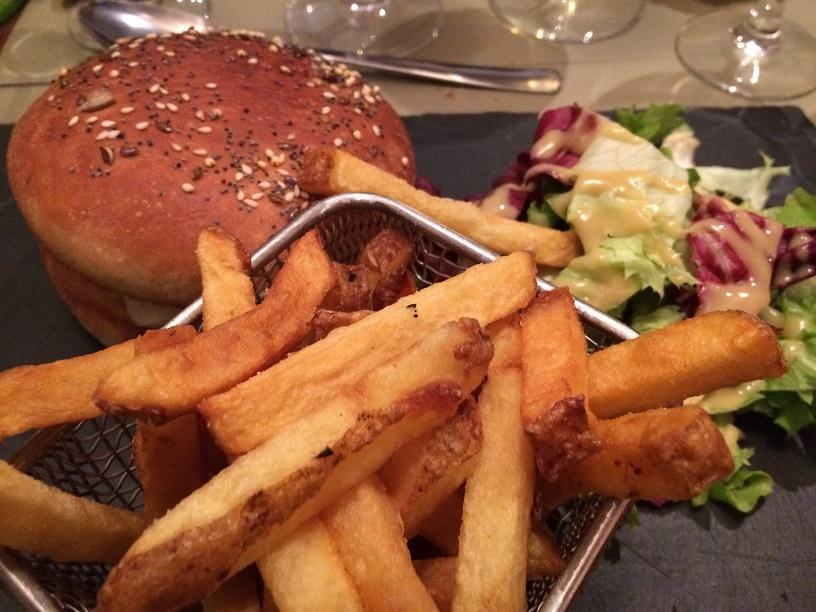 Burger au poulet bio, tomates, tome du Gennetay