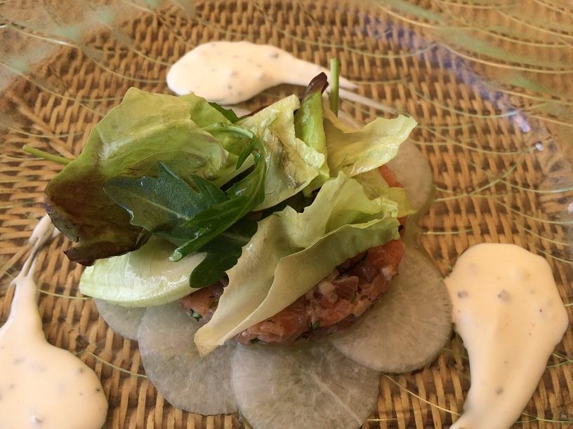 Tartare de saumon fumé au Château et Huître, relevé au Gingembre, crème citron et Huile d'herbes