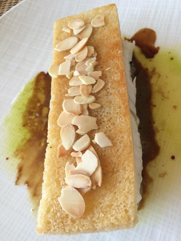Le Merlu croustillant aux Amandes, Blettes et pousses d'Epinard, Citron et Jus de Crustacés