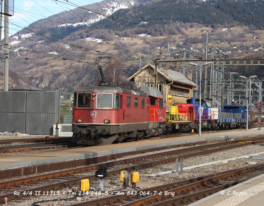 015-Re 44 II 11315 + Tm 234 148-5 + Am 843 064-7 à Brig .jpg