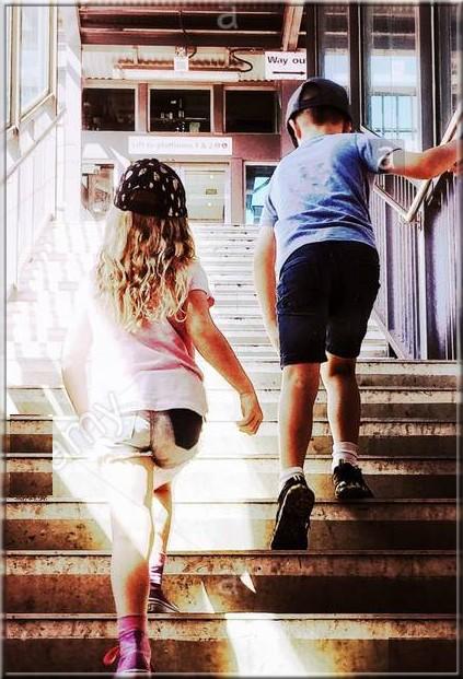 enfants escalier.jpg