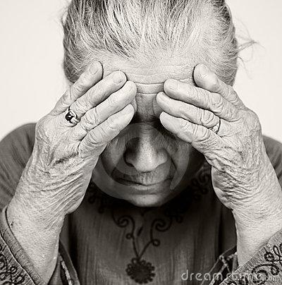vieille-femme-aînée-triste-avec-des-problèmes-de-santé-13755227.jpg