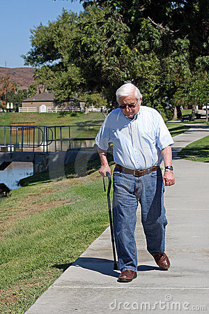 le-vieil-homme-marche-avec-une-canne-10940214[1].jpg