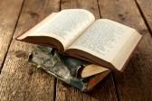 15645757-livre-ouvert-sur-la-table-rustique.jpg