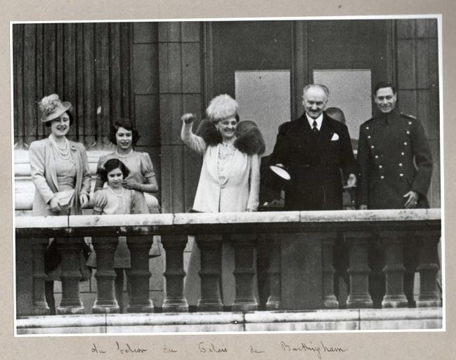 Visite Londres balcon Buckingham mars 1939.jpg