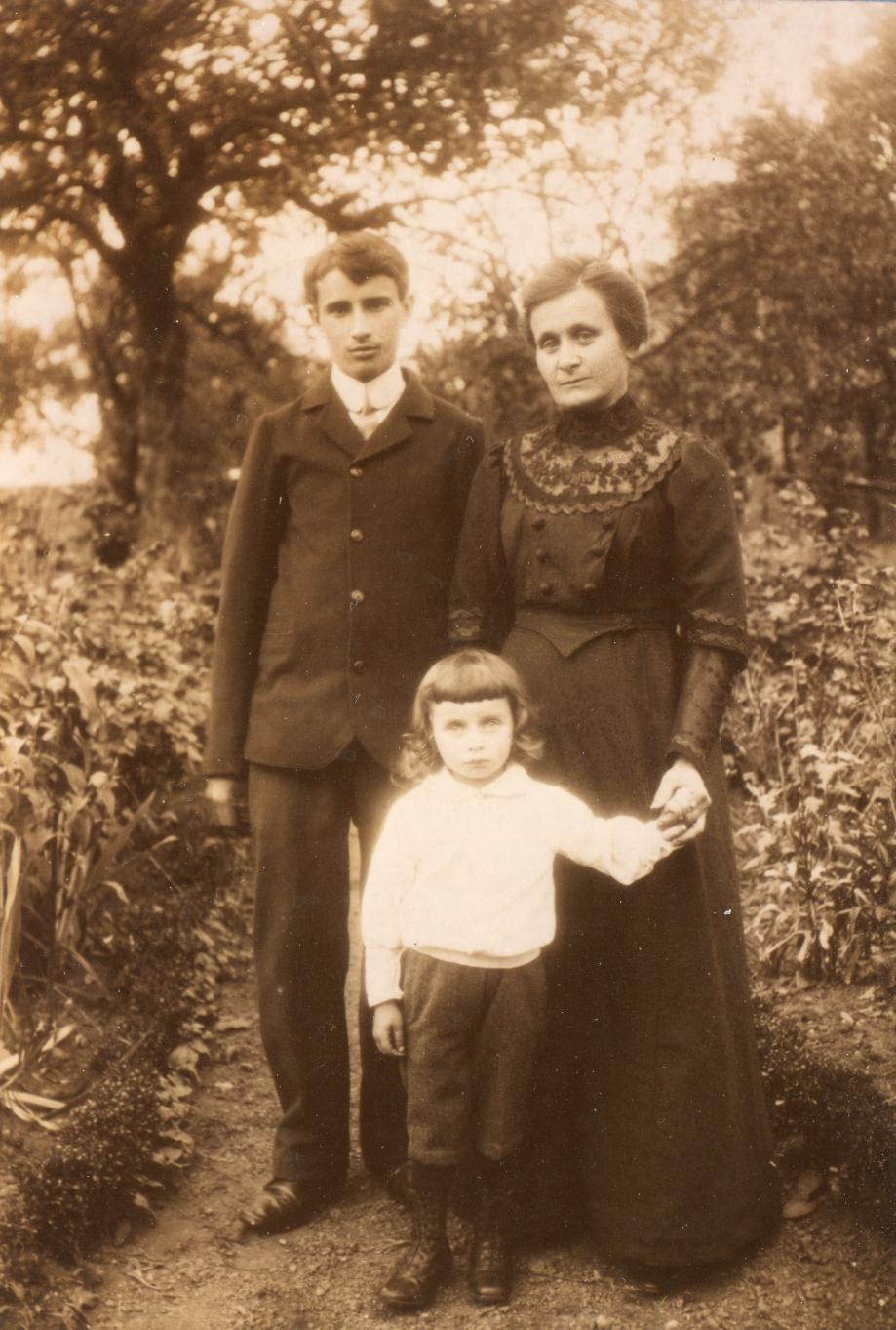 1917 ou18~- Marie DEGRE (née Adam) Marcel et René.jpg