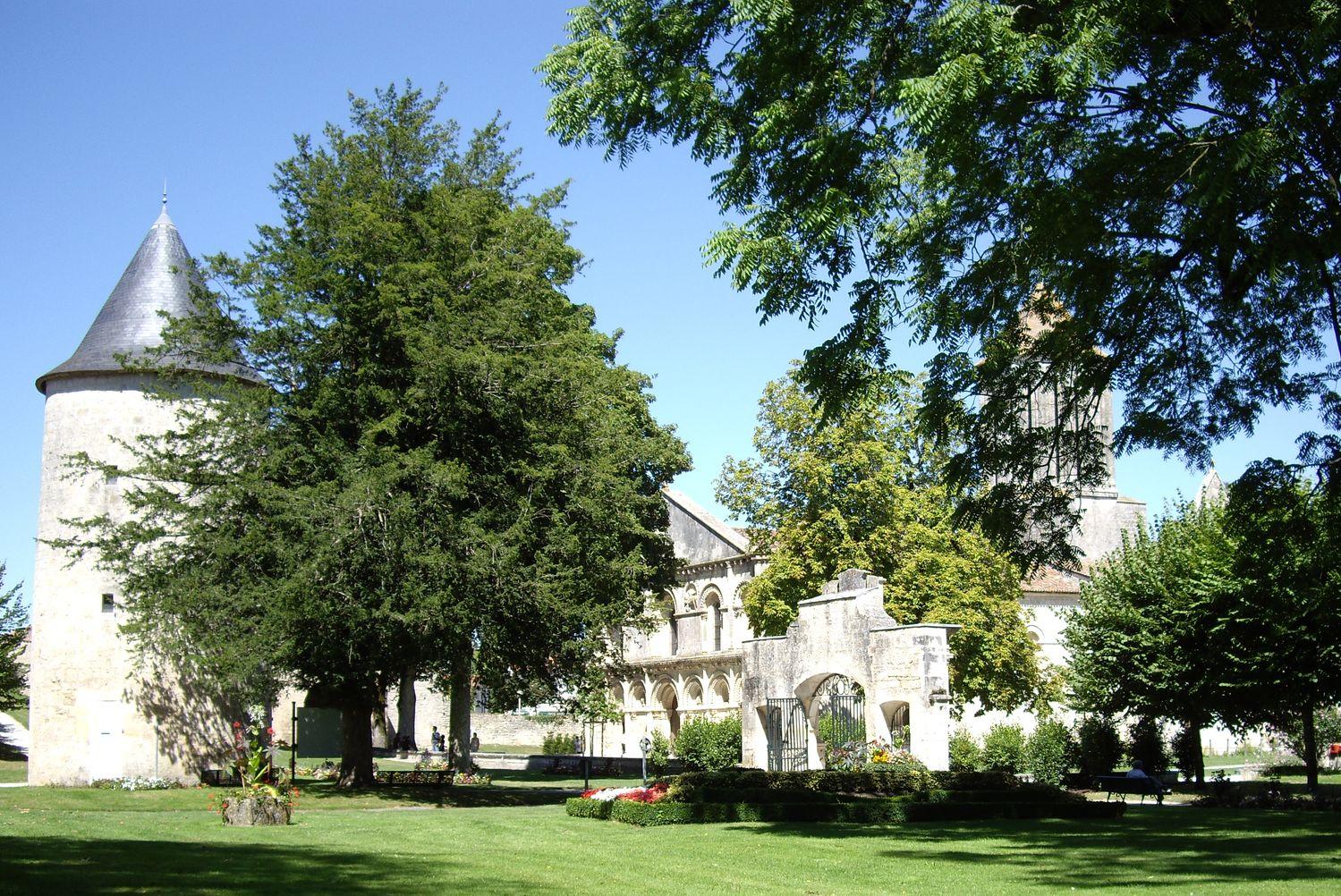 Surgères Tour Hélène et parc juil 08.JPG