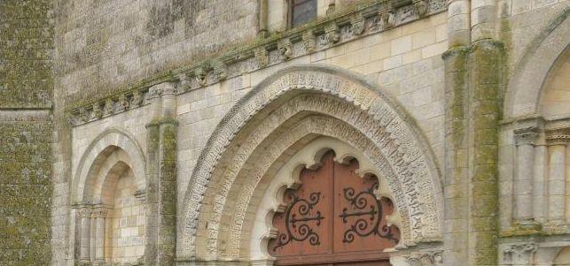 UTL Eglise Esnandes parvis.JPG