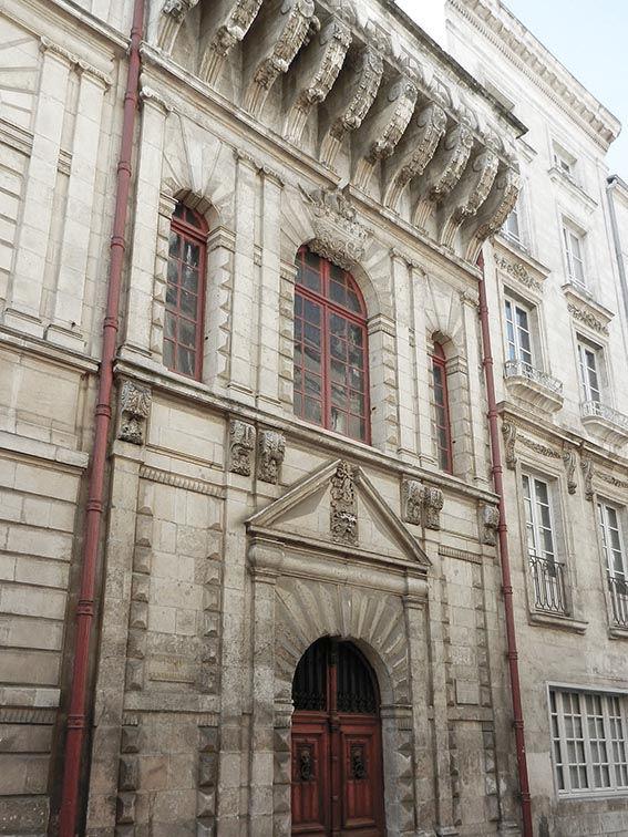 H de Ville façade arrière porte gentilhommes.jpg