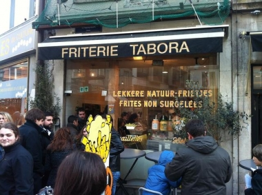 queue devant une friterie.jpg