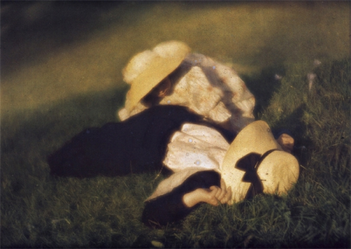 autochrome-1910-heinrich-kuhn-heinrich-miss-mary-and-edeltrude-allongees-dans-l-herbe-lying-in-the-grass.jpg