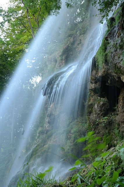 waterfall-225966_640.jpg