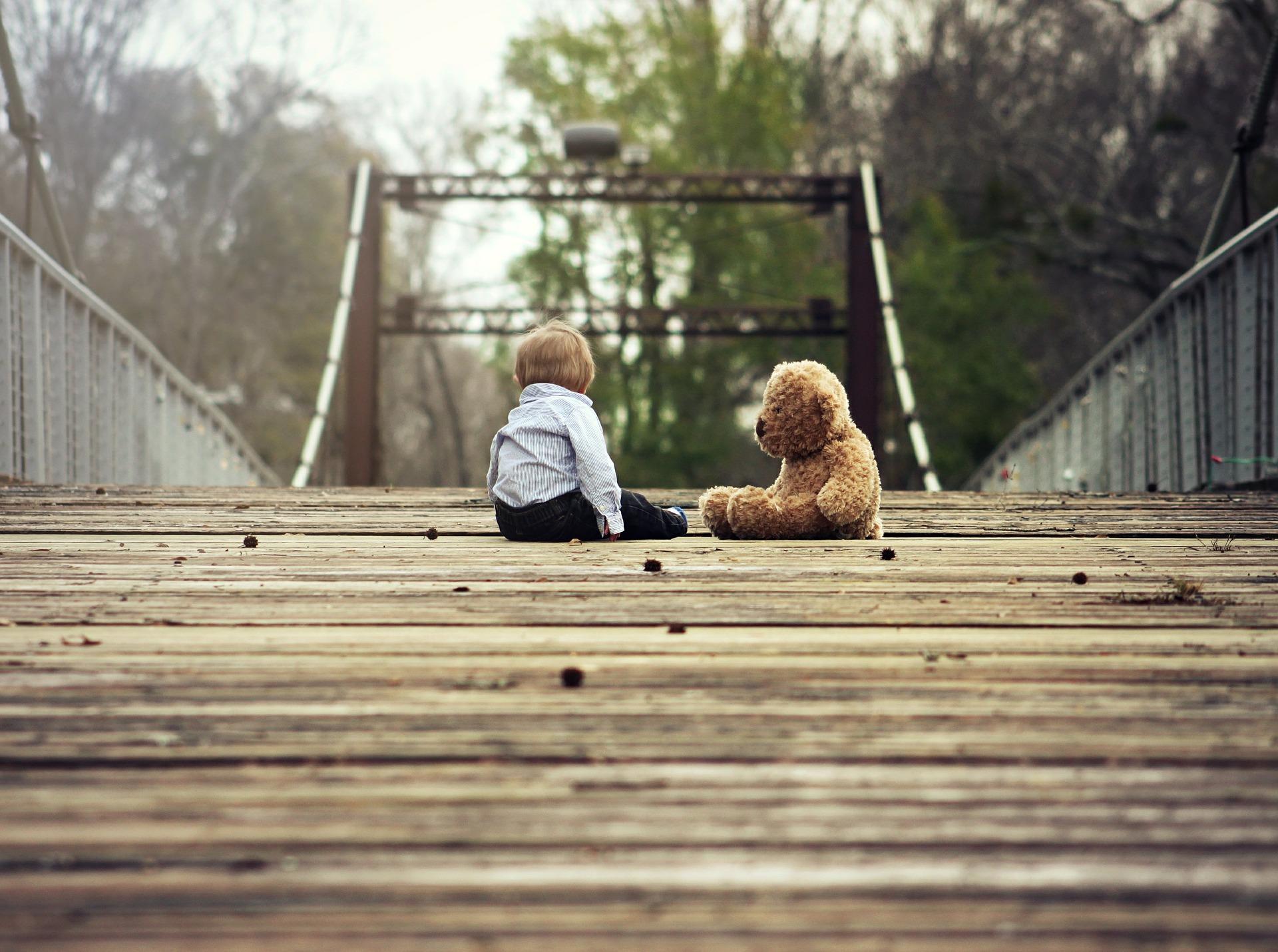 enfant nounours et pont.jpg