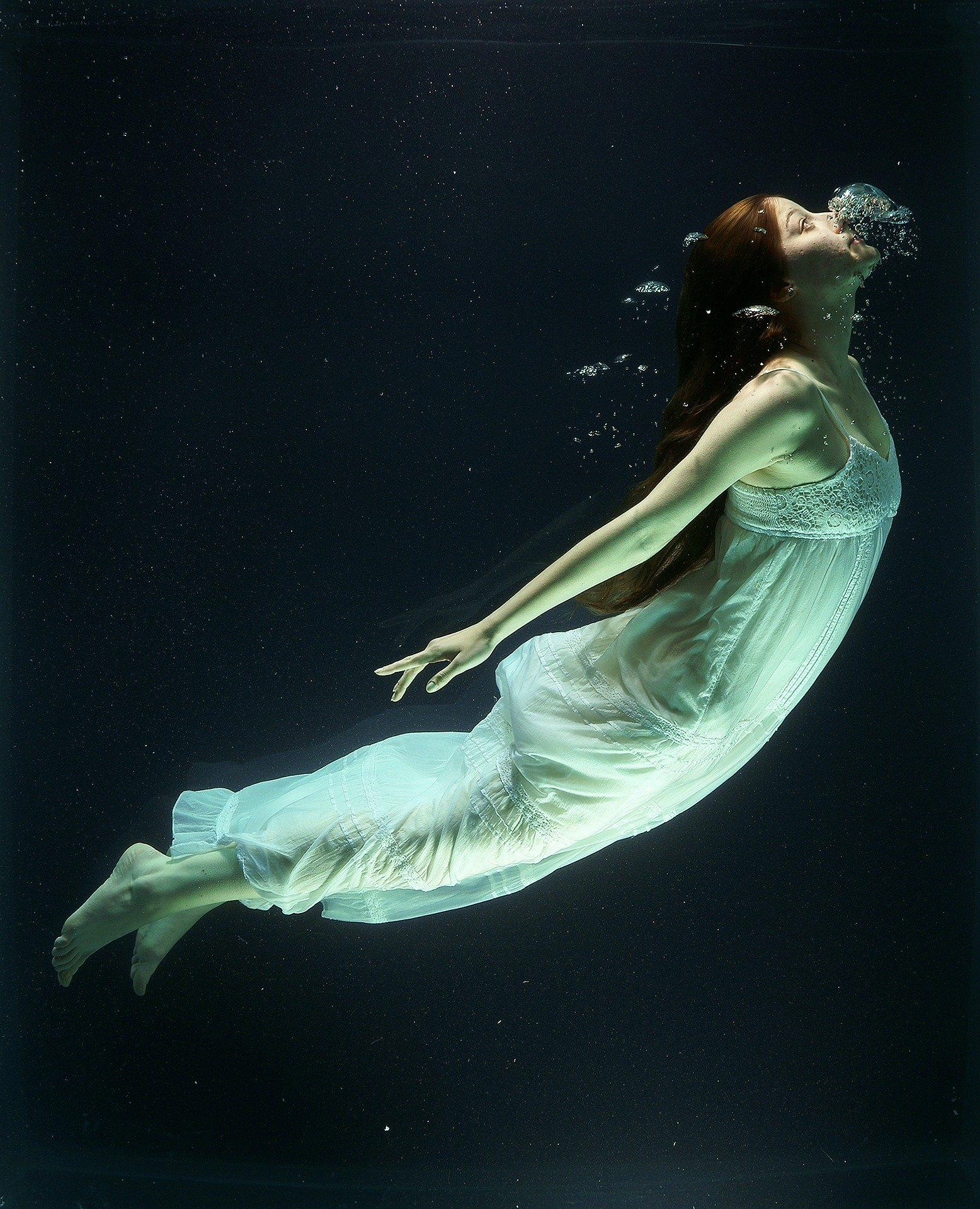 under-water-1819586_1920.jpg