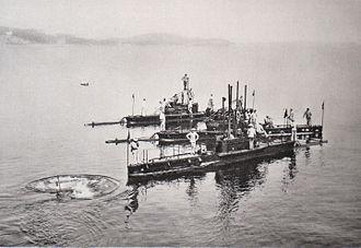 Au premier plan le sous-marin Grondin de la classe Naïade.jpg