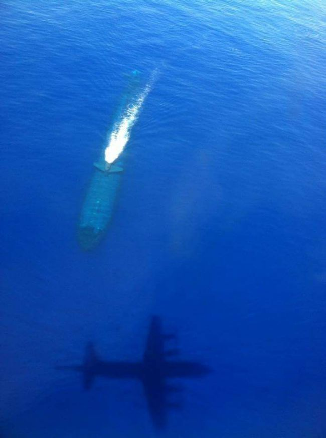 Par mer calme, quand le sous-marin navigue près de la surface il peut être vu par un avion de patrouille maritime...!