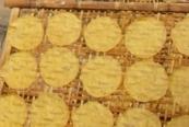 P1040116 fabrication des galettes de manioc très sucréesBlog (7a).jpg