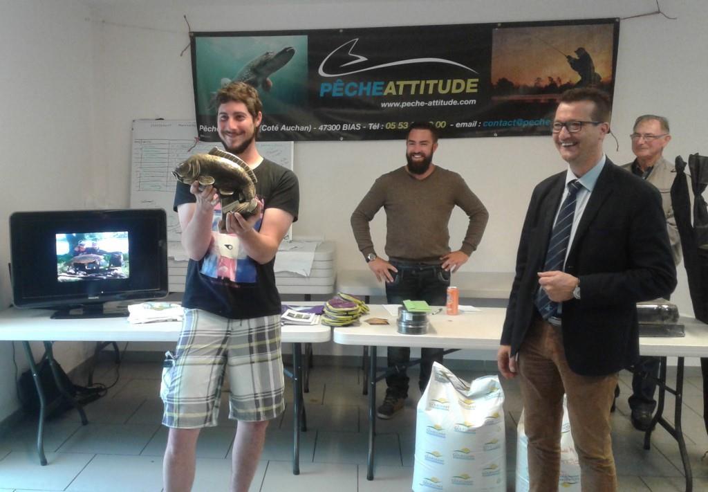 Remise du prix aux vainqueurs (de gauche à droite) M HILLAIRET M MINETTO M le Maire M PUDAL et M le Vice-président de la fédéartion de pêche 47 M LARTIGUES.jpg