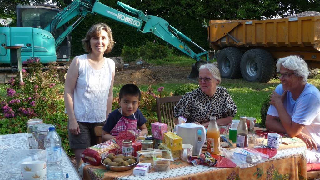 Joli décors pour le p'tit déj : les buldozers, heureusement au repos !!