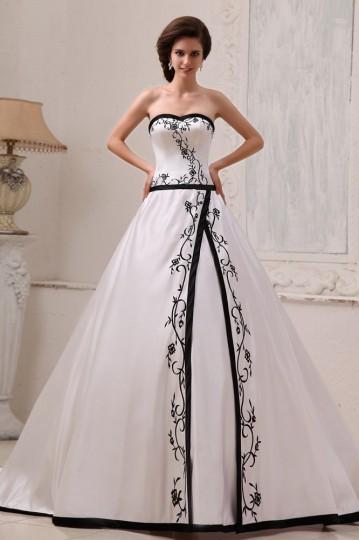 Robe de mariée princesse décolleté en c?ur sans bretelle en satin ornée de broderie