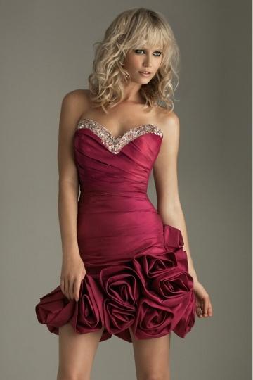 Robe de bal/de cocktail décolletée en coeur ornée de bijoux et roses