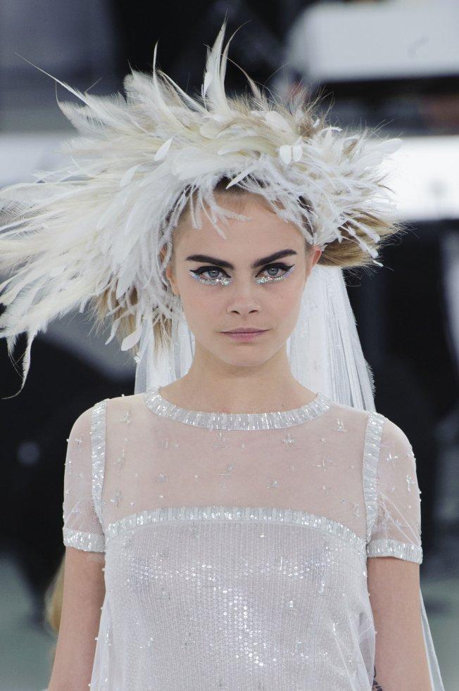Le make up de Cara (Delevingne) en mariée chez Chanel haute couture printemps été 2014