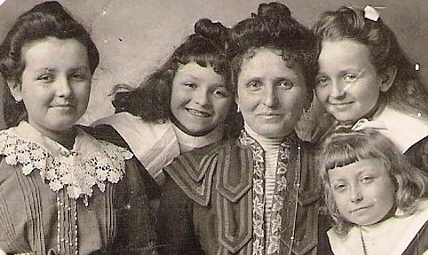 1901 Anna Vautrin et ses filles Original recadre.jpg