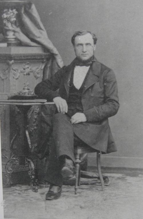 Perrin Gérard-Georges assis Recadre.jpg