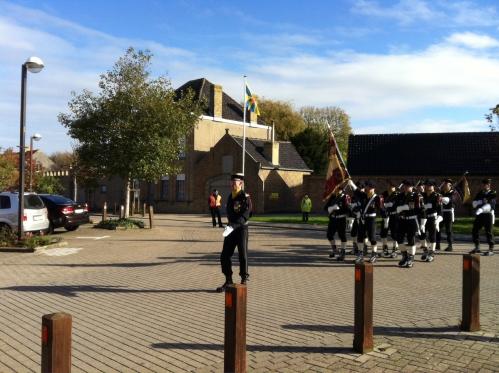 photo 3 Le colonel du 16e suivi du drapeau des chasseurs.JPG