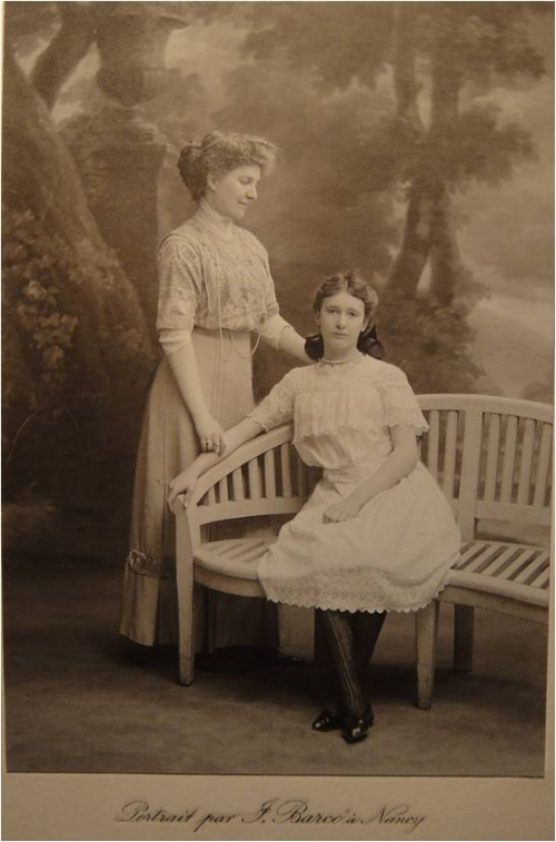 1911 Marie Molard et Germaine.jpg