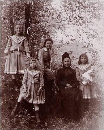 1905 Mme Vautrin et ses petites-filles.jpg
