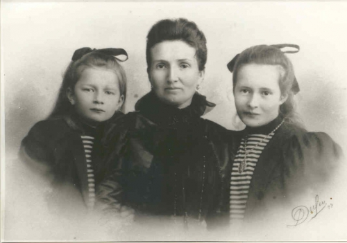 1897-1898 CelinaBoucher et ses 2 filles Vers 1900.jpg