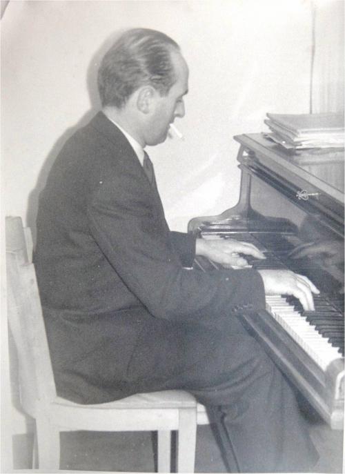 1945 Robert Cuny a son piano DSC04894.JPG