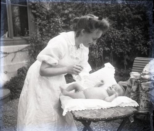 1907 Mimi et sn bebe PlaqueA-028.jpg