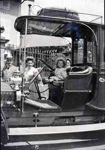 1909 Andre en voiture CADRE.jpg