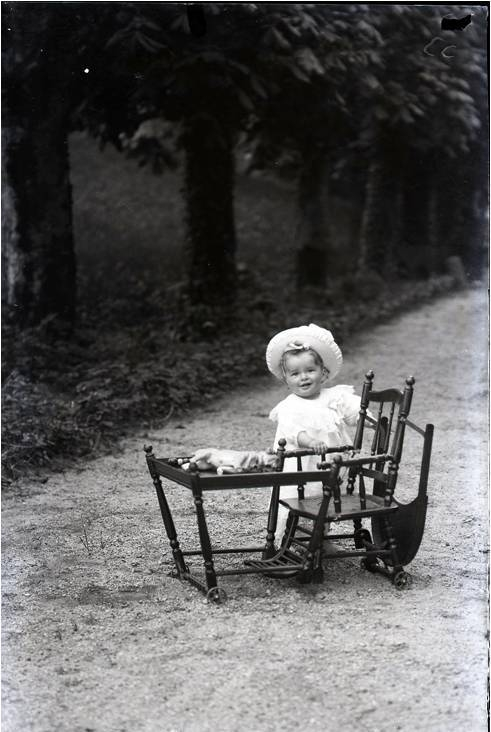 1908 Andre Cuny dans sa chaise CADRE.jpg