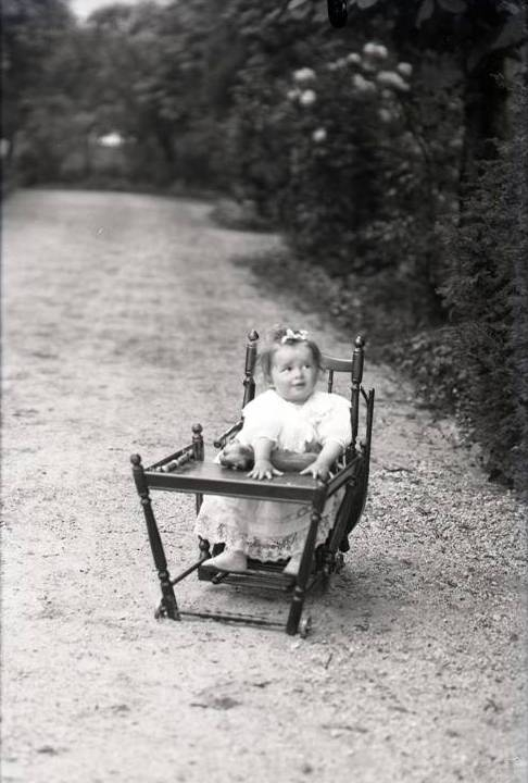 1908 Andre Cuny dans sa chaise 2.jpg