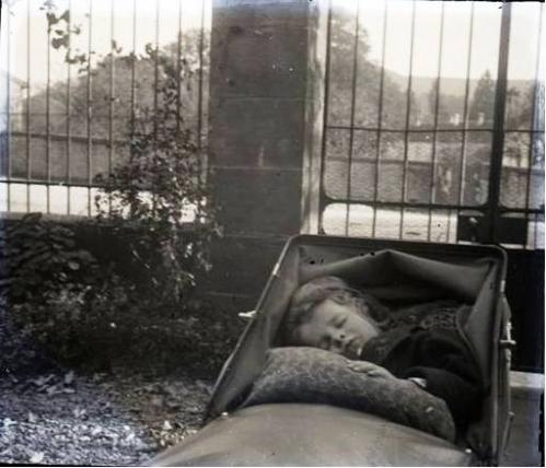 1908 André Cuny dormant Docelles CADRE.jpg