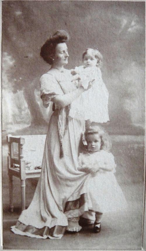 1909 Mimi Cuny avec Andre et Noelle-DSC04682 ROGNE REVU.jpg