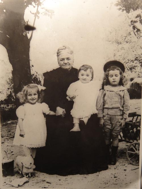 1911 Clémentine Cuny avec ses petits-enfants Cuny Noëlle Robert et André-DSC04723 CADRE.jpg