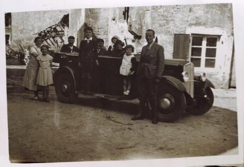 1934 - Andre dans sa Renault CADRE-A3-24-08.jpg