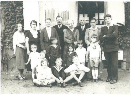 Image21 Therese et famille son pere.png