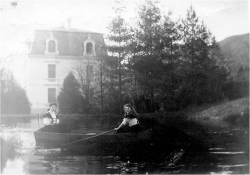 Image35 En barque sur etang 2 filles.jpg