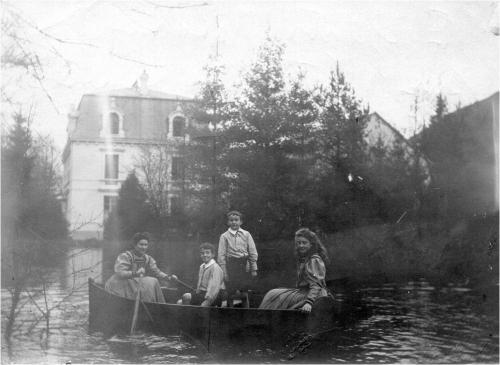 Image36 en barque sur etang les 4 enfants.jpg